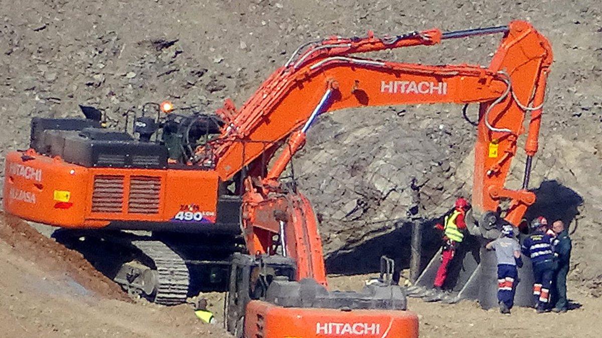 Mineros y otros operarios inspeccionan el pozo excavado para llegar hasta Julen.