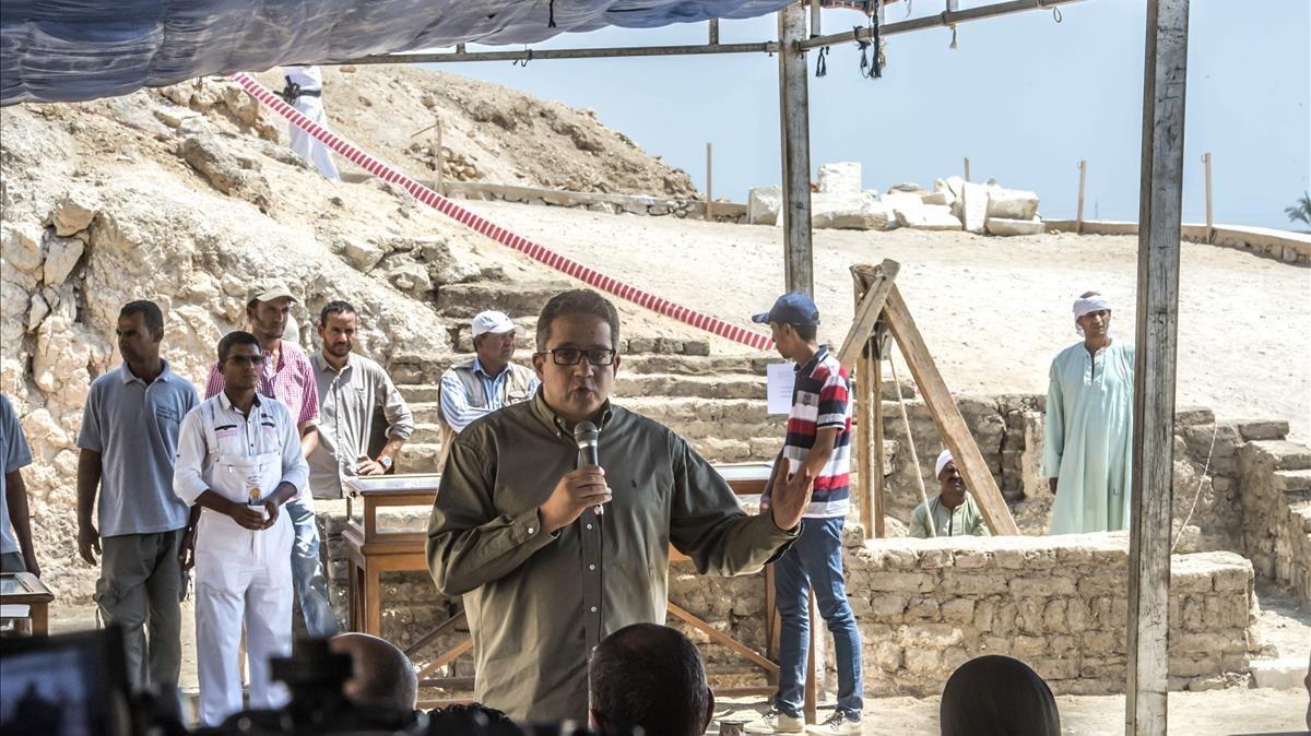 El ministro de Antigüedades egipcio, Jaled al Anani, anunciando los descubrimientos en la tumba de un orfebre del dios Amón.