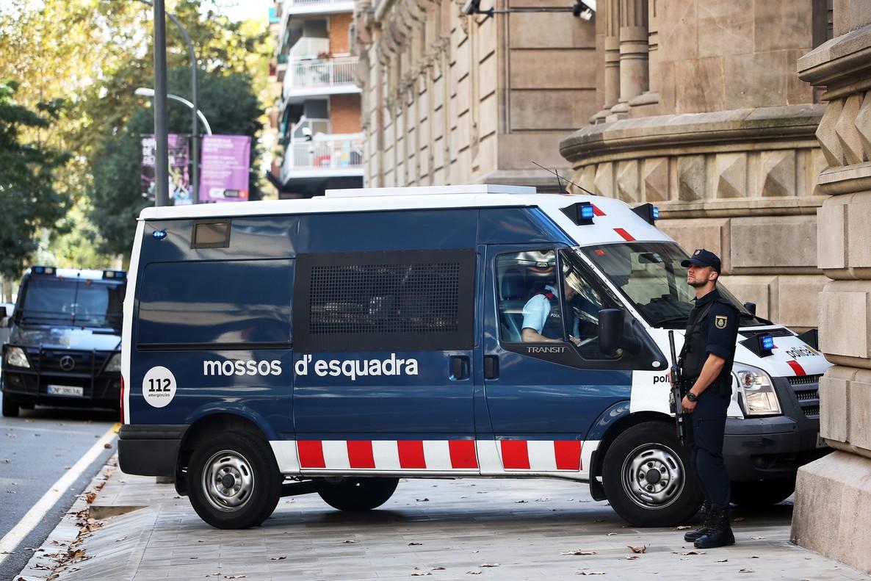En octubre pasado, en edificios como la sede de la Audiencia Provincial en Barcelona, agentes de la Policía Nacional sustituyeron a los Mossos dEsquadra.