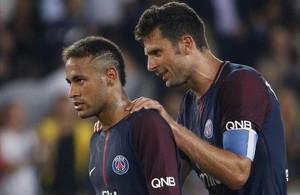 Motta felicita a Neymar tras la victoria sobre el Saint-Etienne el día 25.