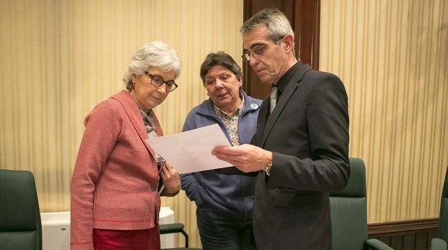 Muriel Casals (Junts pel Sí), Gabriela Serra (CUP) y un letrado del Parlament en la sesión constitutiva de la comisión sobre el 'procés'.