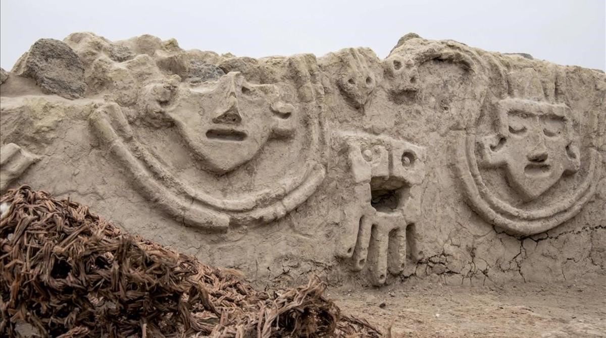 Unmuro con relieves de unos 3.800 años de antigüedaddescubierto en las ruinas de Vichama.