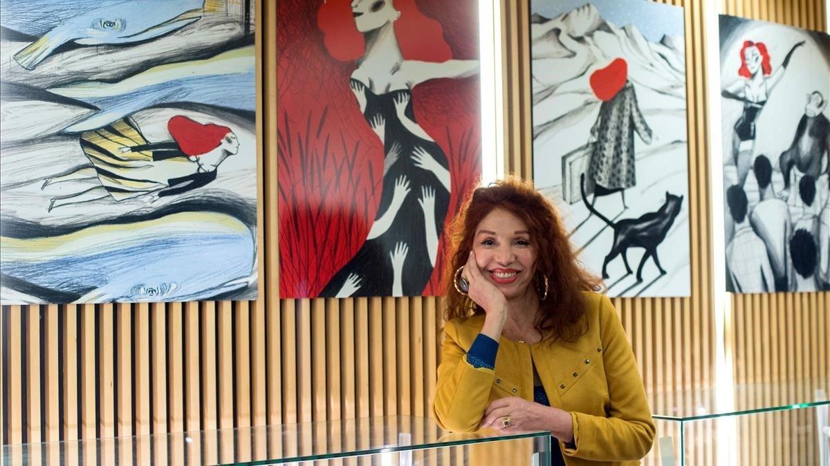 Myriam Mézières, este martes en la Filmoteca de Catalunya, ante las ilustraciones de Ignasi Blanch que ilustran su autobiografía.