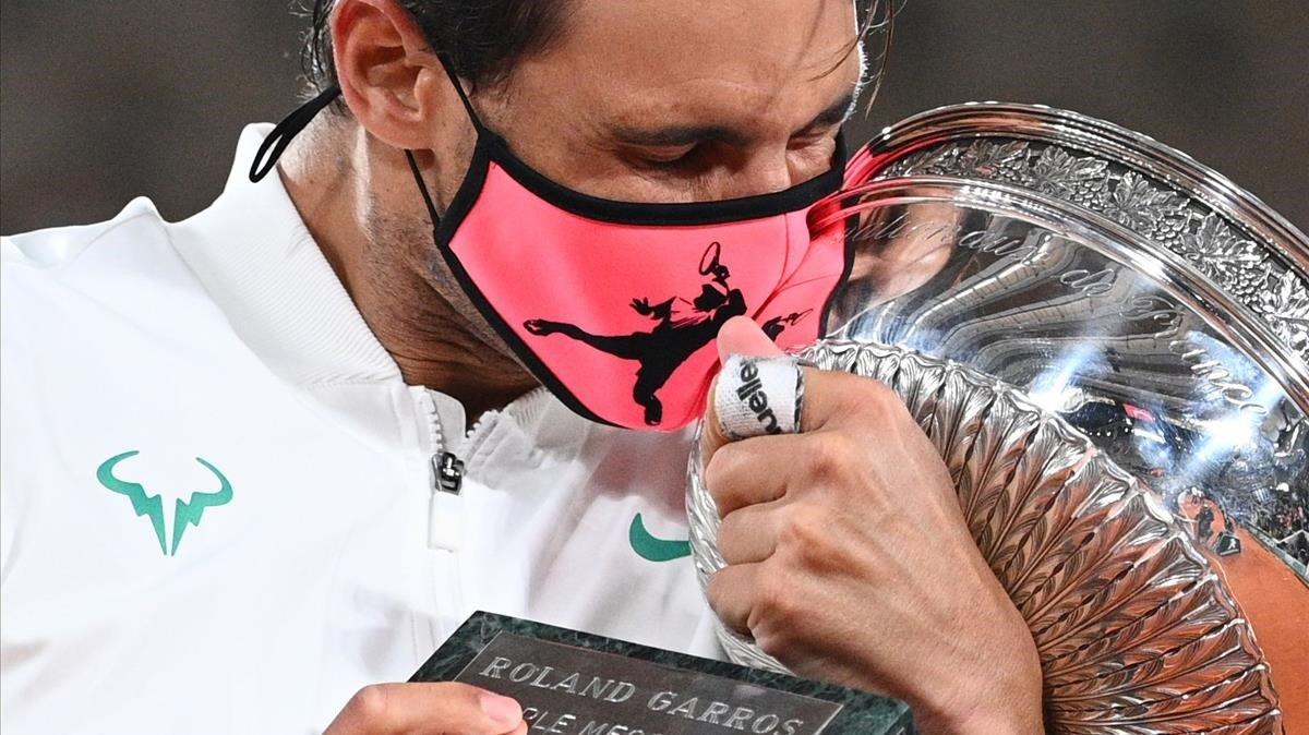 Nadal se abraza al trofeo tras batir a Djokovic en la final.