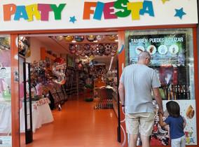 Un niño observa una tienda de regalos junto a su padre, en Madrid.