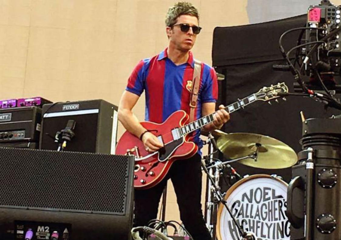 Noel Gallagher, en el escenario del Estadi Olímpic, de telonero de U2con la camiseta azulgrana.