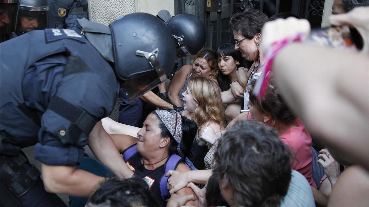 Forcejeo entre mossos y activistas en Entença, 151, el martes.