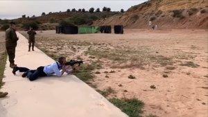 El número dos de Vox, Javier Ortega Smith, dispara en una base de la Brigada Paracaidista. La imagen es de un vídeo para el que posó sin reservas.