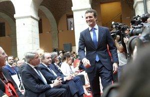 Pablo Casado pasa junto a Ángel Garrido, en la recepción del Día de la Comunidad de Madrid.