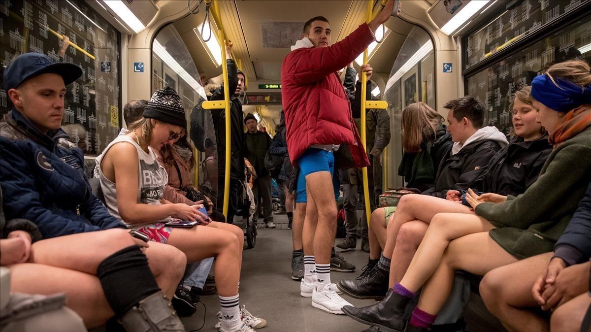 Pasajeros del metro participan en la acción No pants subway ride, en Berlín (Alemania).