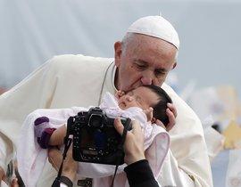 El Papa besa a un niño durante una misa en Nagasaki, este domingo.