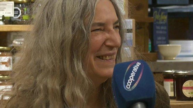 La cantante y poetisa estadounidense Patti Smith dijo que quien verdaderamente cambia el mundo es la gente corriente, y envió un mensaje a los manifestantes que llevan un mes reclamando mejores servicios básicos en las calles de Chile.