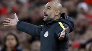 Pep Guardiola se lamenta en Anfield, durante el Liverpool-City