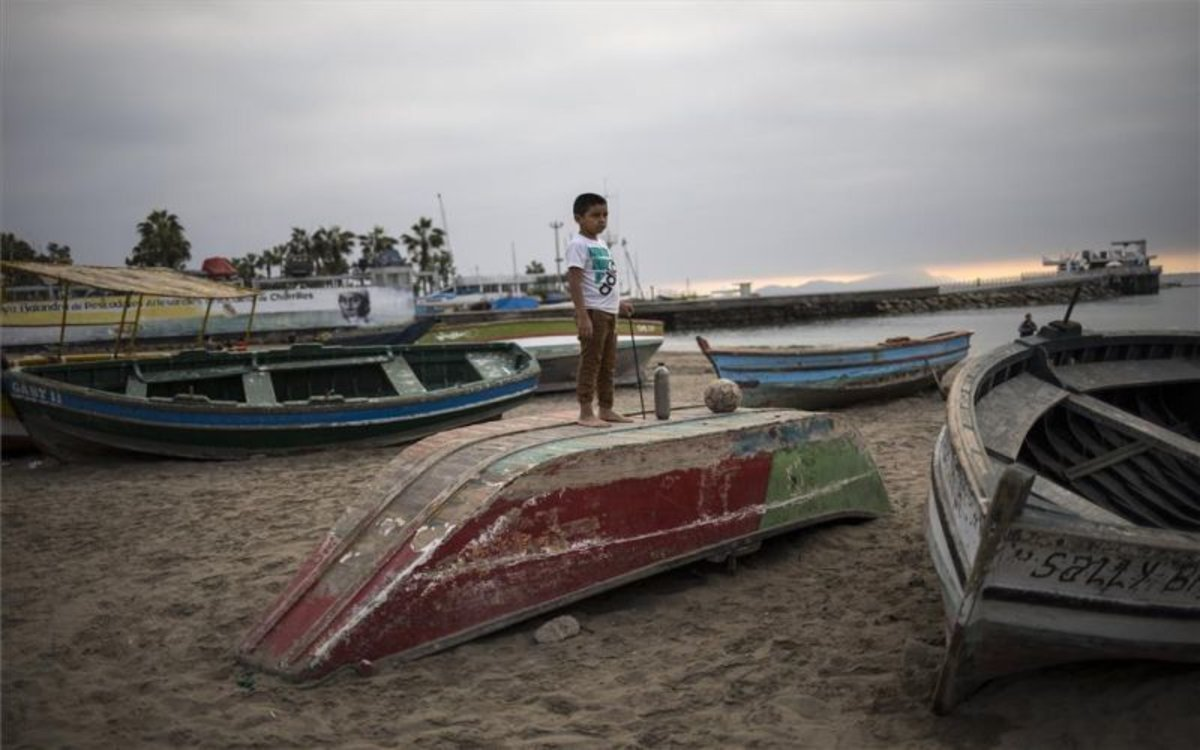 Un niño en una playa de Lima en plena pandemia de COVID-19.