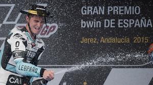 El piloto británico Danny Kent celebra su triunfo en el GP de España de Moto3.