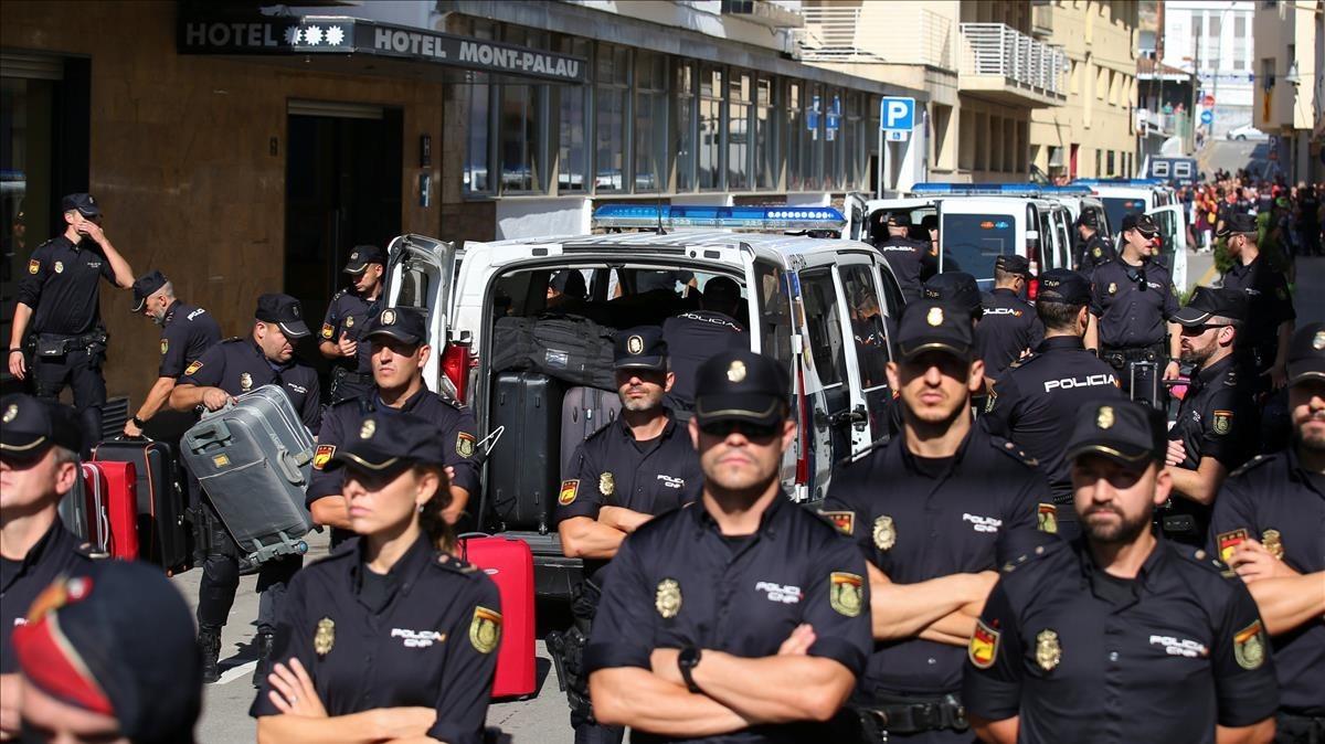 Policías nacionales en la localidad de Pineda de Mar.