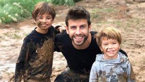 Gerard Piqué y sus hijos, Milan y Sasha, tras pasar una divertida tarde chapoteando en el barro.