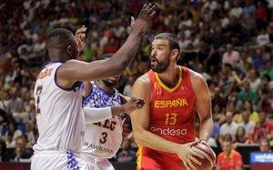 El pívot de la selección, Marc Gasol, controla el balón ante dos rivales en el partido jugado en Málaga