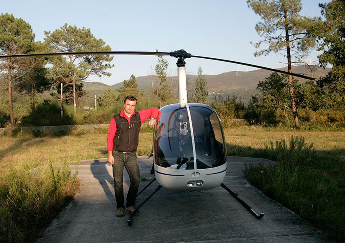 El playólogo junto a un helicóptero.