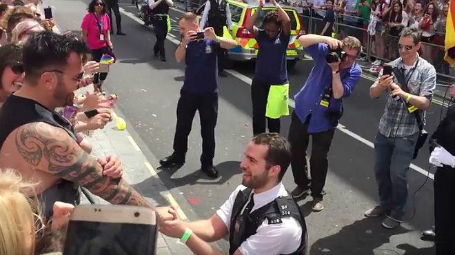 El agente se arrodilla ante su novio, que contemplaba el desfile del Orgullo Gay de Londres