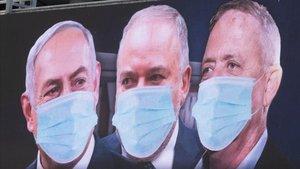 El primer ministro israelí, Binyamin Netanyahu, el exministro de defensa Avigdor Lieberman y el líder de Azul y Blanco, Benny Gantz, en un cartel con mascarillas.