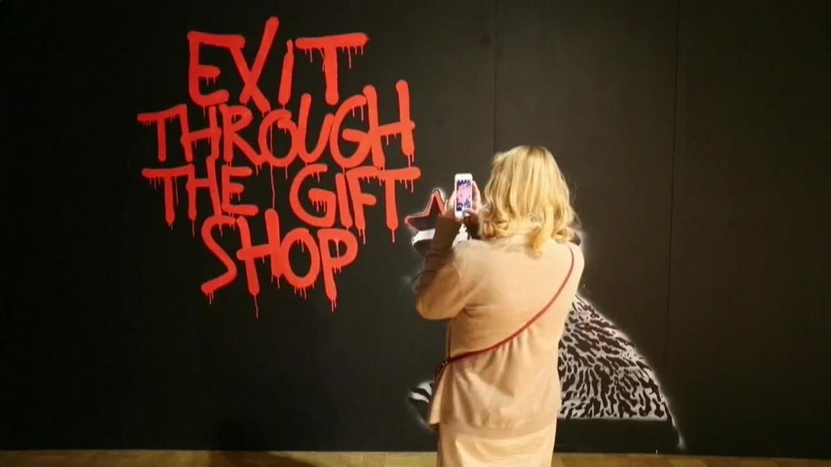 El arte callejero de Bansky ha llegado por primera vez a Moscú con una gran exposición de más de cien obras.