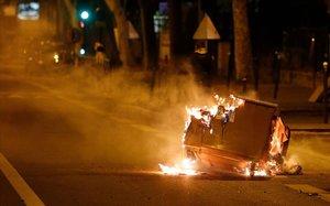 Quema de un contenedor en Villaneuve la Garenne durante los enfrentamientos con la policía, el martes pasado.