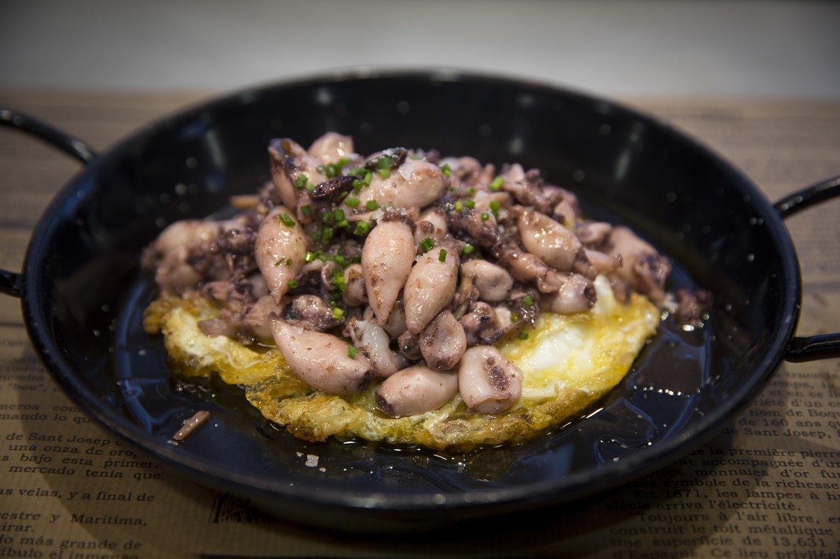 Los huevos fritos con chipirones de Quim Márquez, de Quim de la Boqueria.