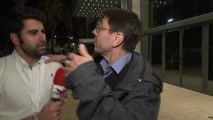 Un reportero de Todo es mentira preguntándole a Juan Carlos Monedero.