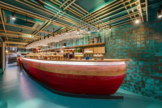La barra de 'pintxos' con aspecto de barca de Txalupa (San Sebastián), obra del estudio catalán Equipo Creativo, cuyo diseño le ha valido para serelegido mejor pub internacional.