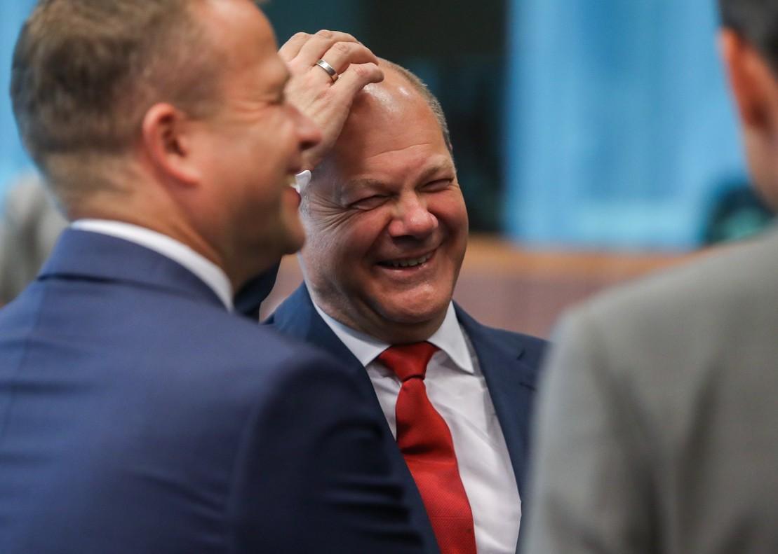 El ministro de Economía de Alemania, Olaf Scholz, en un momento distendido de la reunión del Ecofin.