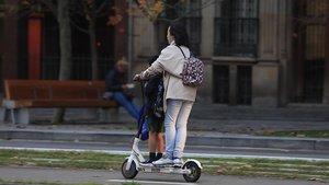 La DGT prohibirà que dues persones vagin en un patinet elèctric