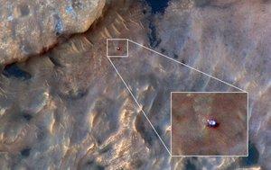 El rover 'Curiosity' en la superficie de Marte, visto desde el espacio, en una foto tomada por la cámera HIRISE de la NASA.
