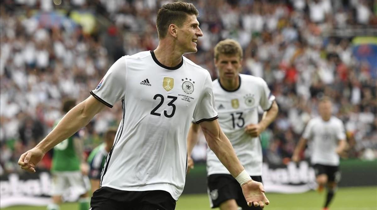 Mario Gómez celebra el gol de la victoria de Alemania.