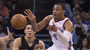 Russell Westbrook pasa el balón durante el partido de los Thunder contra los Suns.
