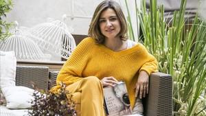 Sandra Barneda, durante la entrevista, con su libro Las hijas del agua.