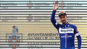 Julian Alaphilippe, el martes, en el podio de la Vuelta al País Vasco.