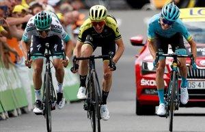 Simon Yates (centro) supera a Pello Bilbao (derecha) y a Lukas Mühlberger.