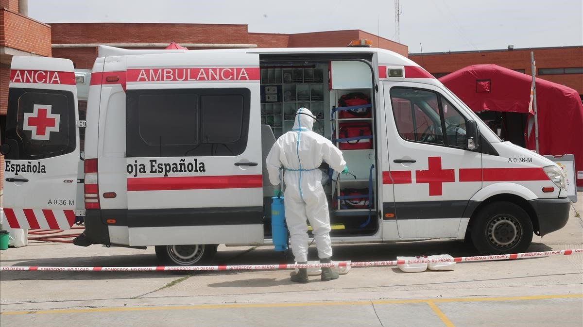 Un bombero desinfecta una ambulancia de Cruz Roja, este martes en Madrid.