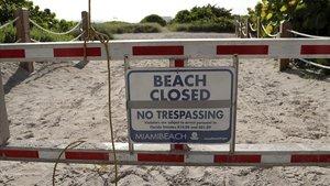 Señal de prohibición a la entrada de una playa de Florida durante el fin de semana festivo del 4 de julio.