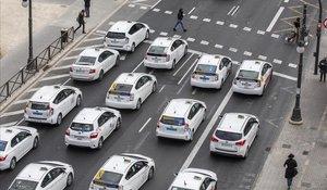Siete asociaciones de taxistas convocan una protesta en defensa del sector. Los taxistas han colapsado varias avenidas de la ciudad de Valencia y protestaron ante el Palau de la Generalitat.