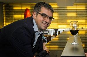 El sumiller Ferran Centelles, con una copa de vino a mano.