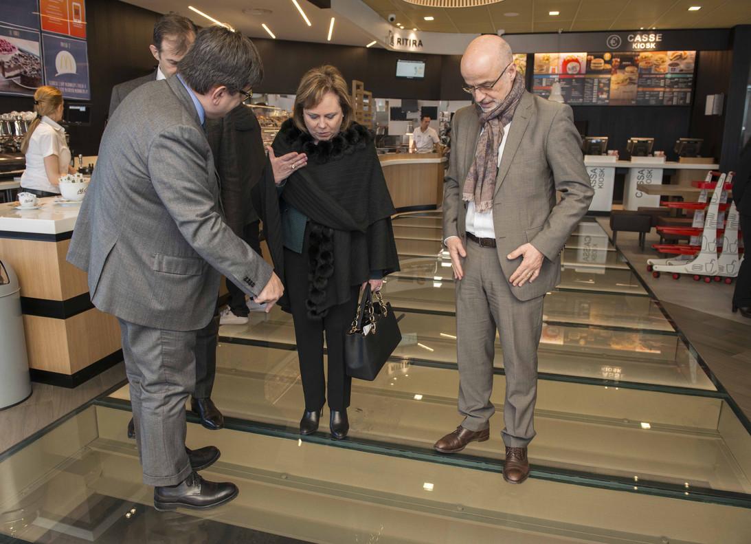 La superintendente de Arqueología de Roma Alfonsina Russo y el administrador delegado de McDonalds Italia Mario Federico admiran el fragmento de Via Apia situadobajo el local de comida rápida.