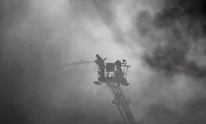 Tareas de extinción de un incendio en una industria de Bangladés.