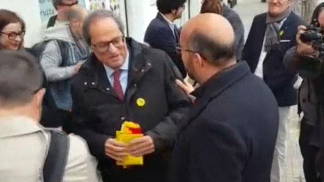 Un regidor del PP entrega una bandera espanyola a Torra