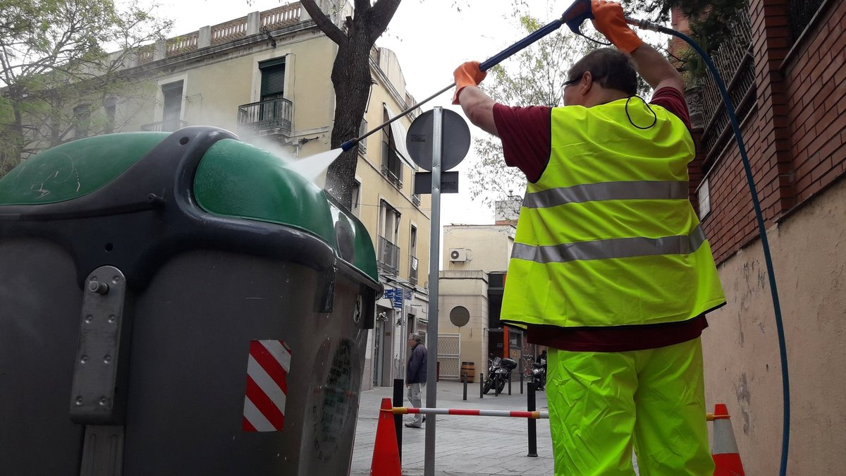 Un trabajador público limpiando el mobiliario urbano.