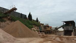 Trabajadores extrayendo tierra que será finalmente reutilizada.