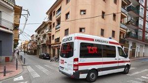Una ambulancia en la calle de Sant Feliu de Guíxols donde un hombre atacó a una mujer y a su hija el pasado día 29.