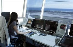 Una controladora en la torre del aeropuerto de El Prat.