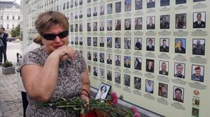 Una mujer llora junto al memorial a las víctimas de la revolución del Maidán.